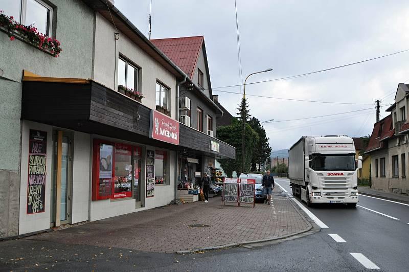 Jablůnka - Jablůnkou prochází frekventovaná silnice I/57. Vesnicí projede osmnáct tisíc aut denně.