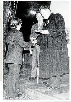 Farář Bohuslav Novák a kurátor Jaroslav Pilčík předávají v roce 1964 pamětní list konfirmandovi Stanislavovi Pisklákovi.