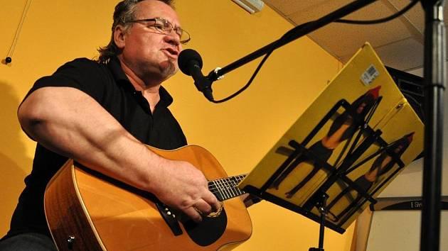 Valašský písničkář Dušan Goša Ostrčil z Lužné koncertoval ve středu 29. března v klubovně Koordinačního a informačního centra ve Vsetíně.