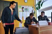 Studenti Střední školy Kostka ve Vsetíně vhazují volební lístky do urny při Studentských volbách 2013.