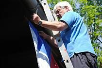 Muž upevňuje v pátek 24. května 2019 českou státní vlajku na budovu s volební místností pro volby do Evropského parlamentu na dopravním hřišti ve Valašském Meziříčí.