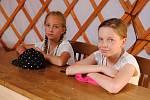 Žáci Základní školy Žerotínova ve Valašském Meziříčí sedí v mongolské jurtě, která je novou dominantou nově upravené školní zahrady. (27. června 2019)