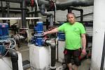 Rekonstrukce vsetínských lázní v červnu 2020. Technicko-hospodářský pracovník Radek Gockert u čerpadel k filtraci. Za ním nová plastová akumulační jímka.