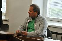 Obžalovaný Pavel Pryszcz z Karviné u Okresního soudu ve Vsetíně (úterý 10. září 2019). Obžaloba jej viní z obecného ohrožení z nedbalosti. V roce 2007 měl zanedbat opravu komína chaty Libušín, což mělo po letech (v roce 2014) za následek ničivý požár.