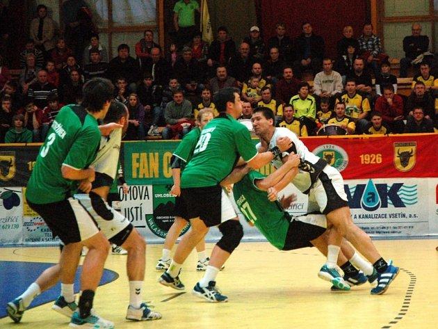 Házenkáři Zubří (zelené dresy) v 18. kole extraligy doma porazili Přerov 41:20.