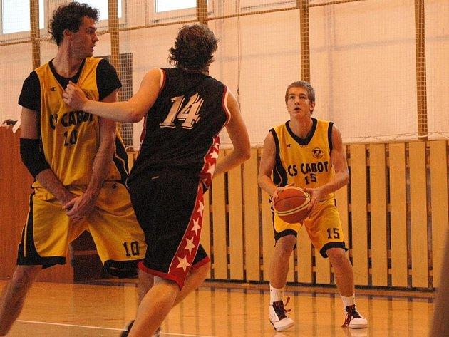 Basketbalisté Valašského Meziříčí (ve žlutém) porazili Kroměříž 98:59