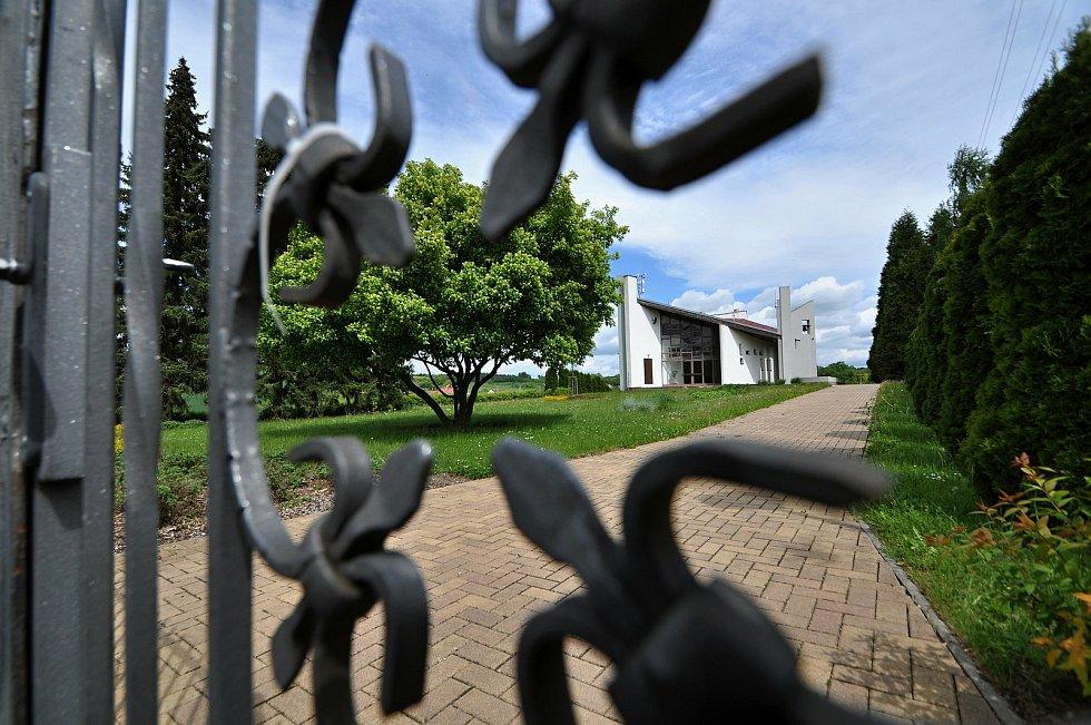 Smuteční síň na hřbitově v Brankách.