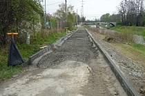 Dělníci pracují na stavbě čtyřkilometrové cyklostezky, která spojí Valašské Meziříčí s městskou částí Juřinka. Hotová bude v září 2014.