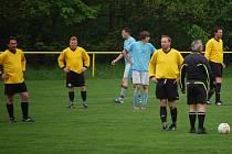 Fotbalisté Branek (žluté dresy), vsetínská IV. třída.