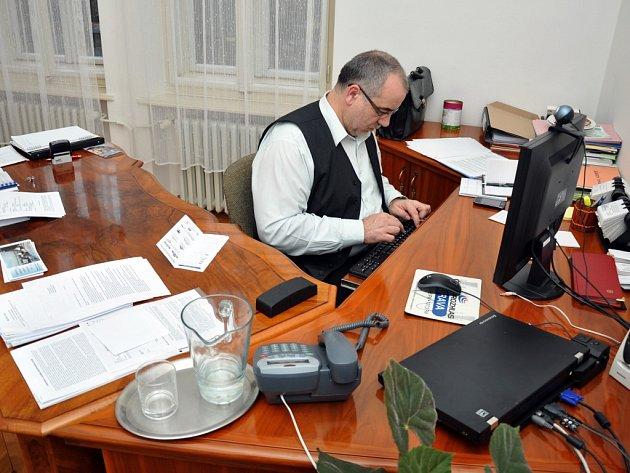 Ředitel Valašského muzea v přírodě v Rožnově pod Radhoštěm odpovídá ve své kanceláři on-line na dotazy čtenářů webu Valašského deníku