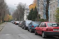 Na ulici Benátky mezi Konečnou a Na Hrázi přijde o parkování pětatřicet aut.