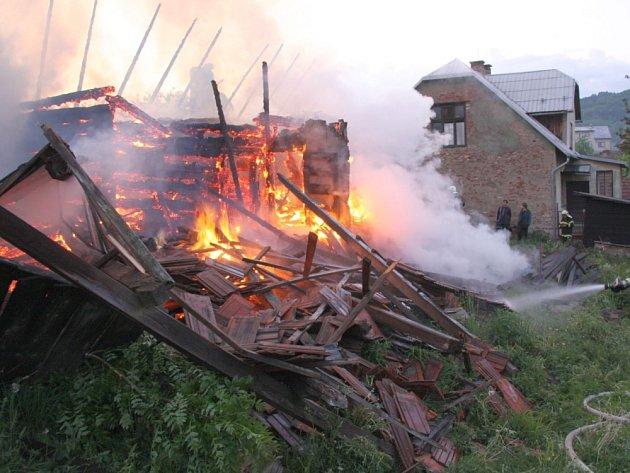 Rozsáhlý požár rodinného domu v obci Lužná