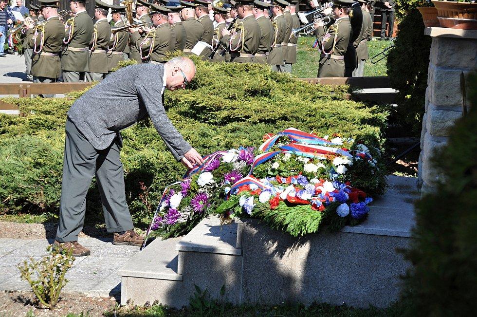 Kladení věnců u památníku obětí Prlovské tragédie u příležitosti jejího 74. výročí; sobota 20. dubna 2019