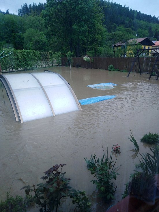 Rodina Pláškova bojovala 22. května 2019 s bleskovou povodní, která zasáhla Ústí u Vsetína. Voda zaplavila zahradu i s bazénem.