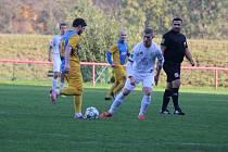 Devětadvacetiletý fotbalista Lukáš Vaculka (v bílém dresu) společně s Drdou z Kateřinic vládne střelcům krajské I. A třídy skupiny B, když ve třinácti zápasech zaznamenal deset branek.