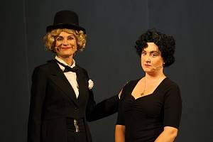 Ochotníci z Divadla v Lidovém domě zkoušení hudební drama Frau Dietrich a Madame Piaf. Hlavních rolí se zhostily Dagmar Pavloušková   (Dietrich) a Kateřina Mrlinová (Piaf).