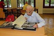 Oslavit 90 let Masarykova gymnázia přišly stovky studentů, absolventů i kantorů. Prohlédli si školu, vzpomínali na studentská léta a listovali kronikami.