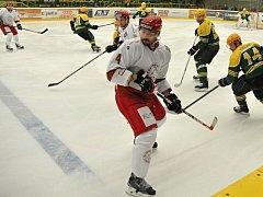 Druhé finále II. ligy ledního hokeje mezi domácím klubem VHK Vsetín (zelenožluté dresy) a hokejisty Frýdku-Místku na zimním stadionu Na Lapači; neděle 20. března 2016