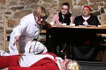 Divadelníci ze Schodu už po třetí obnovili úspěšnou Maryšu. Lidé v ní však nemají hledat Mrštíkovské drama, nýbrž hru plnou písniček, humoru a také vražd.
