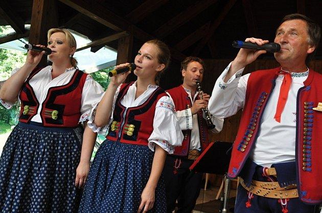 Dechová hudba Lidečanka zLidečka vystupuje na domácí půdě na 24.ročníku Mezinárodního festivalu dechových hudeb vLidečku; neděle 7.července 2013