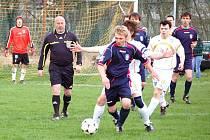 V zápase 1. B třídy si Lidečko (tmavší dresy) odvezlo z Poličné tři body za zaslouženě vítězství 3:1.
