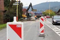 Cestu na Horní Vsacko komplikuje další omezení. Frekventovanou silnici II/487 v Hovězí obsadili dělníci.