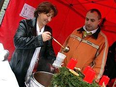 Ve Valašském Meziříčí v pátek začal vánoční jarmark. Pracovníci tamní Charity nalévali lidem adventní polévku.