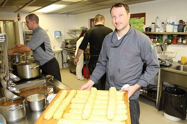 Přípravy na devátý ročník Karlovského gastrofestivalu vrcholí. Šéfkuchař Jaroslav Orság se svým týmem připravuje tisíce porcí specialit z mufloního, jeleního a srnčího masa.