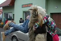 Tento týden je na Valašsku zasvěcen mikulášským obchůzkám. Na Vsetínsku je tato tradice nejvíce spojována s Hornolidečskem. V jednotlivých dědinách chalupu od chalupy obcházejí desítky čertů, svatých, smrtek, koníků, nosičů a dalších masek.