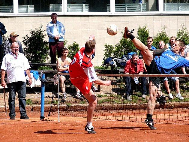 Vsetínský nohejbalista Aleš Zbrožek (vpravo od sítě) v akci proti jednomu z hráčů Aše. Celkově se z vítězství 6:1 radoval domácí tým Climaxu.