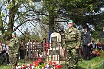 U  pomníčku na Vařákových pasekách si lidé připomněli 68. výročí od vypálení osady nacisty.