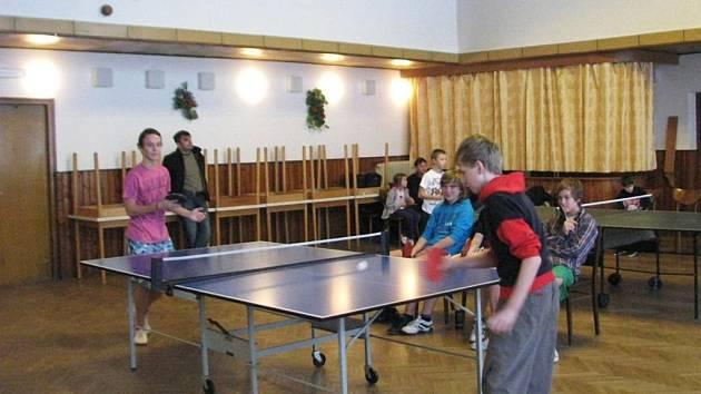 Účast na šestém ročníku pingpongového turnaje byla oproti minulým letem o dost větší.