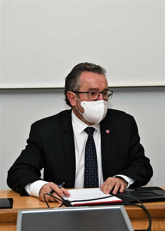 Starosta Valašského Meziříčí Robert Stržínek (ANO) v zasedací místnosti meziříčské radnice při jednání o ekologické havárii na řece Bečvě; pátek 27. listopadu 2020