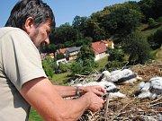 Ochránce přírody Miroslav Dvorský kroužkuje ve středu 20. června 2018 novou čapí populaci v Přílukách u Valašského Meziříčí.