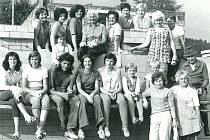 KOUPALIŠTĚ. Úklid na místním koupališti, které bylo stavěno svépomocí selánem a nadšením vletech 1975 – 1978 snákladem 1500000,- Kč.