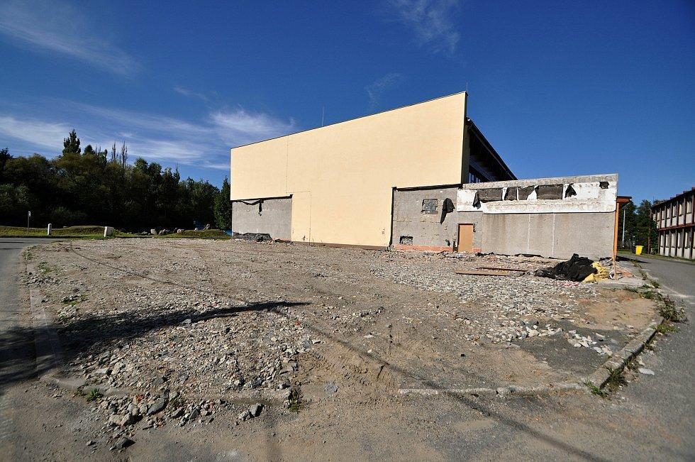 Místo, kde stávala přístavba sportovní haly Na Lapači ve Vsetíně.