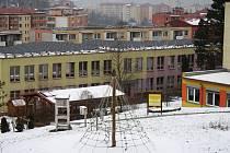 Zateplení fasády a střech všech pěti pavilonů školy, výměna oken a dveří a instalace větracích jednotek s rekuperací tepla do tříd a tělocvičen. To jsou plánované práce, které dělníci zahájí začátkem června 2018 na ZŠ Vsetín, Rokytnice.