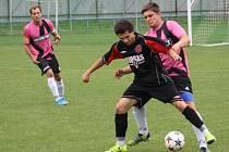 Fotbalisté Zubří B (růžové dresy) doma prohráli s Krhovou 3:4.