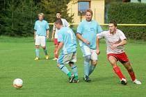 V utkání 1. B třídy domácí Choryně (modré dresy) remízovala s Hovězím 2:2.
