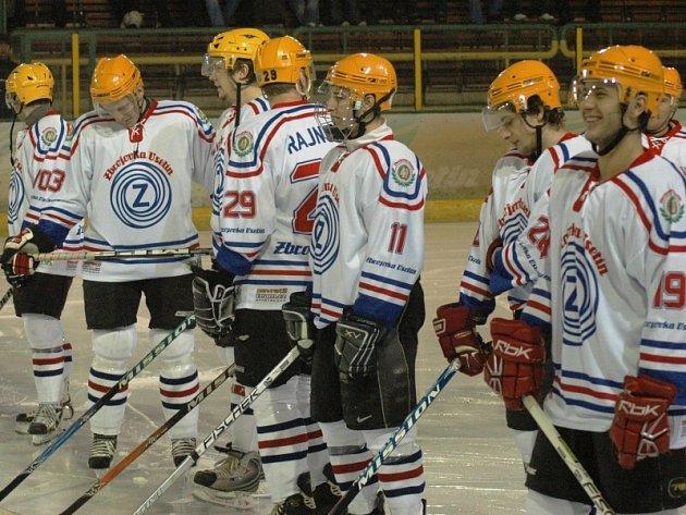 Hokejisté Vsetína nastoupili k zápasu v replikách dresů Zbrojovky Vsetín z roku 1969. Nynější barvy (žlutá a zelená) tak vystřídaly modro-červeno-bílé dresy.