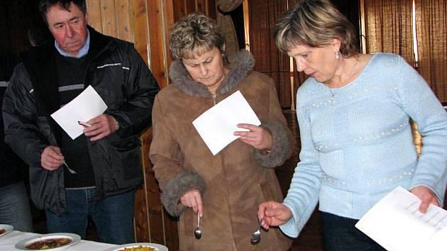 Ve Francově Lhotě uspořádali v sobotu 27. února pátý ročník soutěž o nejlepší nakládané houby a slivovici.