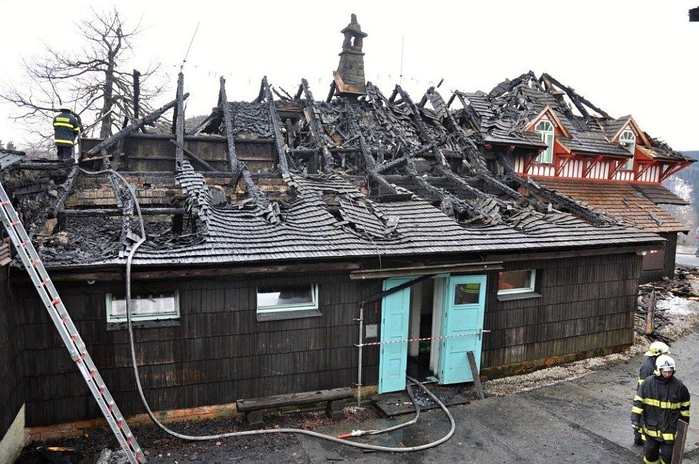 Hasiči dohašují rozsáhlý požár, který vážně poničil historickou budovy Libušína na Pustevnách postavenou podle architekta Dušana Jurkoviče; Pustevny, Prostřední Bečva, pondělí 3. března 2014.