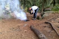 U Pulčínských skal, v místě zvaném Hradisko, našli turisté neuhašené ohniště.