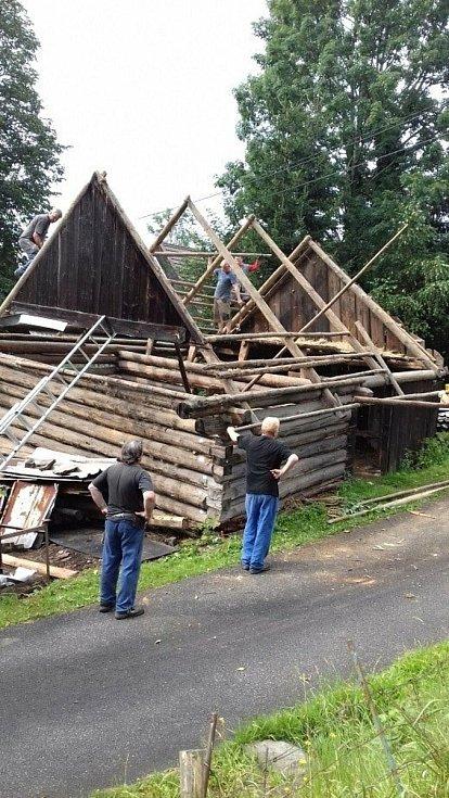 Ve Valašském muzeu v přírodě v Rožnově pod Radhoštěm budují nový areál zaměřený s názvem Kolibiska (na snímku stodola s chlévem z Horní Lomné); červen 2021