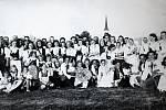 DOŽÍNKY 1945. Tradice a folklor se na Hovězí dodržovaly. Důkazem je i vznik Valašského souboru písní a tanců Ovčák, který byl založen v roce 1976. Má za sebou řadu vystoupení doma i v zahraničí. Zakládající členové dodnes vystupují jako Fortáši. Nejmenší