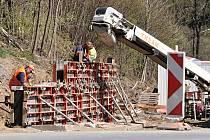 Dělníci pracují na stavbě okružní křižovatky na spojnici silnic I/57 a I/49 u Valašské Polanky; 27. dubna 2020
