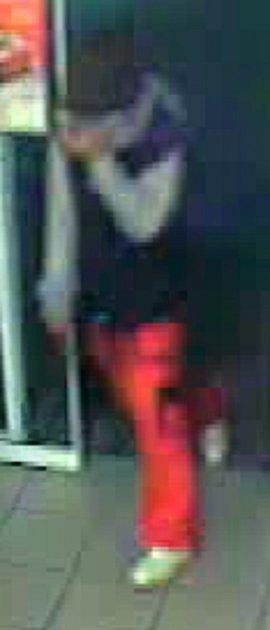 Snímek lupiče, který vsobotu 26.srpna 2017vyzbrojený dvěma noži přepadl obsluhu čerpací stanice ve Valašském Meziříčí