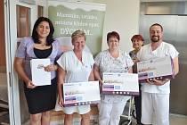 Dětské oddělení valašskomeziříčské nemocnice získalo šest nových monitorů dechu od Nadace Křižovatka. Na snímku úplně vlevo ředitelka Nadace Křižovatka Štěpánka Pokorníková. Vpravo primář dětského oddělení Libor Slováček.