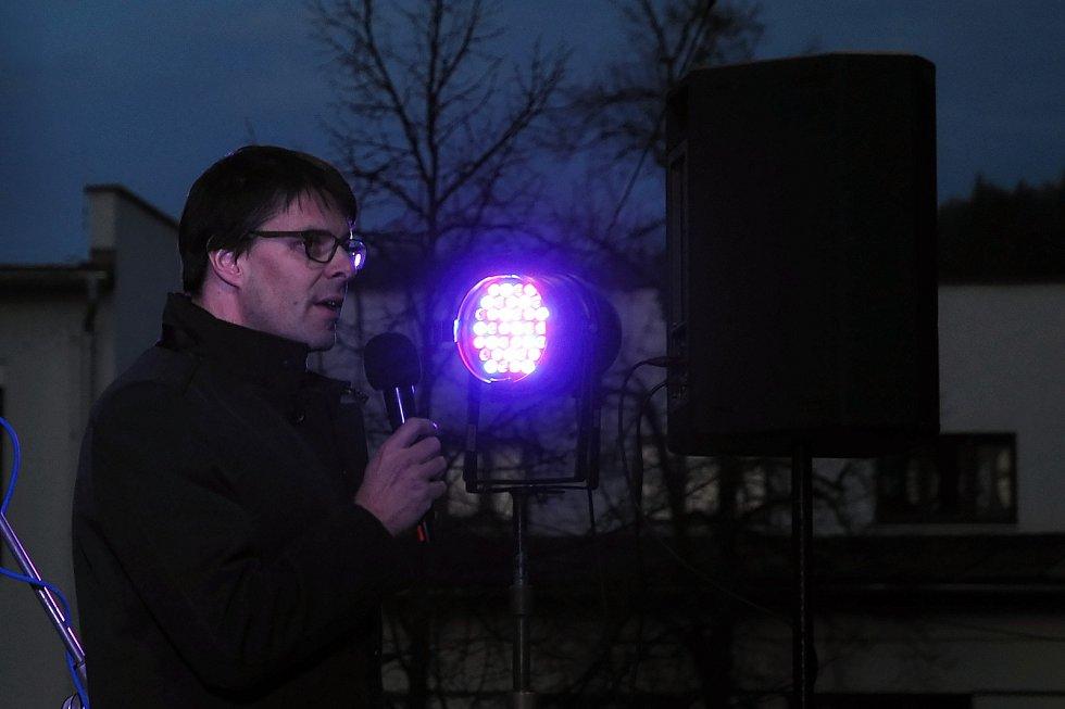 Starosta Vsetína Jiří Růžička hovoří Pamětnice na náměstí Svobody ve Vsetíně během shromáždění u příležitosti 30. výročí sametové revoluce; neděle 17. listopadu 2019