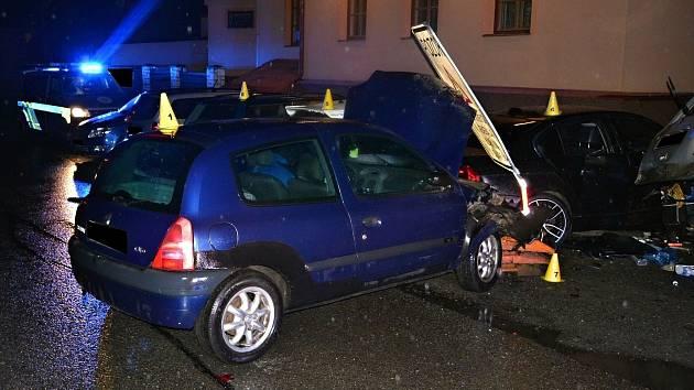 Šedesátiletý řidič z Karlovicka nezvládl v pátek 4. října 2019 v opilosti řízení vozu Renault a u Vsetína naboural pět zaparkovaných aut u hlavní silnice I/57. Po nehodě nadýchal 1,87 promile.